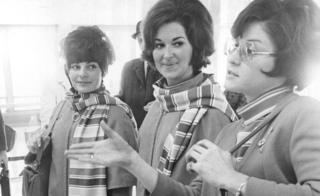 夏琳·德莫尼克(右)、塔尼亞·諾瓦科夫(左)和羅貝塔·約翰遜(中)事後在丹佛向記者陳述劫機事件發生過程