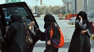 Саудовские женщины садятся в машину