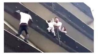 Мамуд Гассама рятує дитину