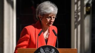 Theresa May chorando