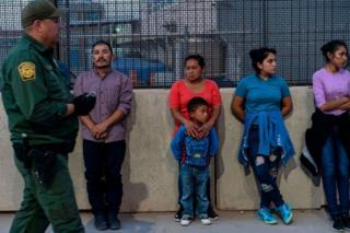 강에 빠진 부녀의 사진이 공개되자 정치권은 빠르게 해결안을 탐색하기 시작했다
