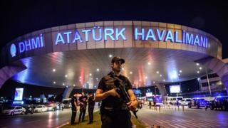 Полицейский в аэропорту Ататюрка