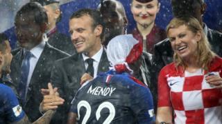 Các lãnh đạo đón chào cầu thủ World Cup trong thời mưa to trên sân Luzhniki, Moscow hôm 15/07