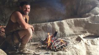 Bill Schindler com uma fogueira feita com gravetos