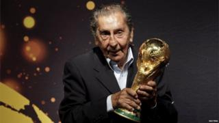 Former Uruguayan soccer player Alcides Ghiggia, famed for his role in the final 1950 World Cup match between Uruguay and Brazil, poses with the Fifa World Cup trophy during the 2014 FIFA World Cup Trophy Tour in Montevideo in this January 16, 2014 file picture