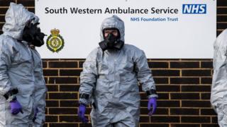 رجال الأمن الصحي خلال جمع عينات من موقع الهجوم
