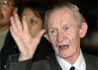 Former US soldier Charles Robert Jenkins waves upon arriving at a Jakarta hotel from North Korea in this 9 July 2004 file photo.