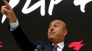 Mevlüt Çavuşoğlu Turkei yazısı altında