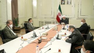 در تصاویری که از جلسه منتشر شده همه اعضا به جز حسن روحانی از ماسک و دستکش استفاده کردهاند