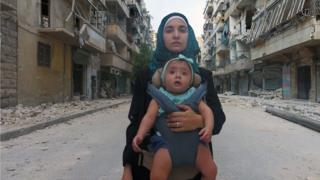 Waad al Kateab y su hija Sama, quien nació en medio del conflicto sirio.