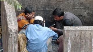 গবেষকরা বলছেন, বাংলাদেশ প্রায় ৭০ লাখ মাদকাসক্ত রয়েছে, যাদের বয়স ১০ থেকে ৭০ বছরের মধ্যে