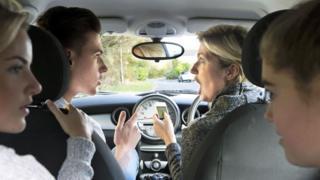 Familia discutiendo en el auto