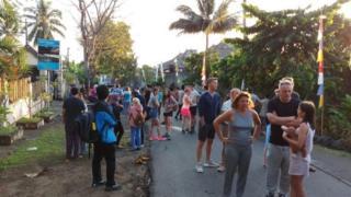 Wisatawan asing berhamburan keluar hotel Rinjani Lodge pada Minggu (29/07) pagi, setelah gempa mengguncang.
