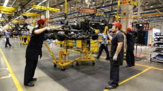 Trabalhadores na indústria automotiva