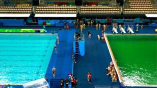 Cor da piscina que sediou prova de salto sincronizado feminino contrastava com a da vizinha, que servia de palco para o polo aquático