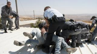 Israeli police scuffle with settlers in West Bank (file photo)