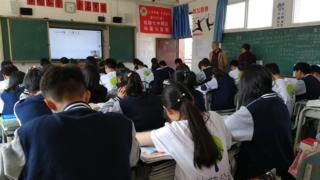 """四川攀枝花一所鄉鎮學校的""""直播班""""。"""