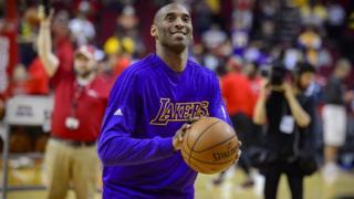 Kobe Bryant calentando antes de un partido, 10 de abril de 2016