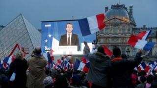 У Лувра собрались сторонники Макрона