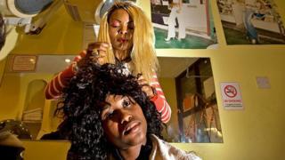 Les défrisages chimiques, les tresses trop serrées et les fers à lisser sont souvent cités comme causes de perte de cheveux chez les femmes noires.