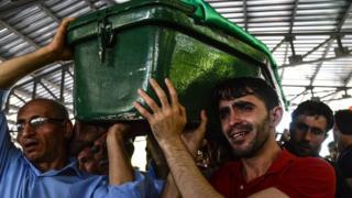 ガジアンテプ自爆攻撃の被害者を弔う葬儀(21日)