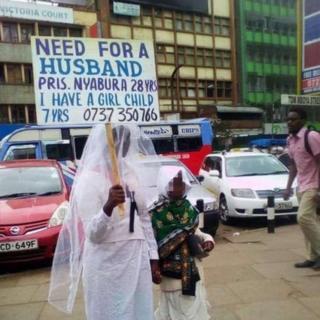 Une kenyane cherche mari dans les rues de Nairobi