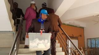 চট্টগ্রামে ভোটের আগে ব্যালট বাক্স ভরা দেখতে পান বিবিসি'র সাংবাদিক