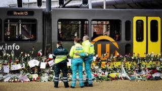 Utrecht'te tramvay saldırısının düzenlendiği yerde bırakılmış çiçekler