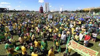 Manifestantes reunidos em frente ao Congresso Nacional, em Brasília