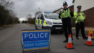 Gerçekleşen zehirleme olayının ardından İngiltere polisi geniş çapta bir soruşturma başlattı