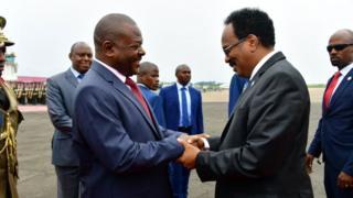 Prezida Nkurunziza arikumwe n'umukuru w'igihugu ca Somalia ku kibuga c'indege i Bujumbura