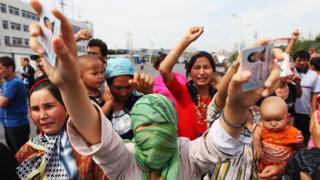 Awọn obinrin Uighur n ṣe iwọde lori biijọba China ti ṣe fi awọn mọlẹbi wọn si ahamọ.