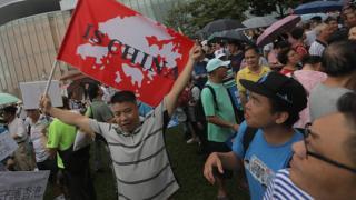 香港添馬公園親政府集會上一名男子舉起「香港是中國的」標語(17/8/2019)