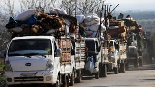 Afrin'de siviller evlerini terk ediyor.