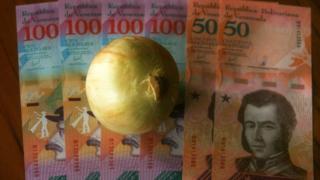 دولت ونزوئلا اخیرا حداقل دستمزد ماهانه را ۳۰۰ درصد افزایش داده و به ۱۸۰۰۰ بولیوار (واحد پول این کشور) رسانده. با این این پول ۳۶ عدد پیاز و کمتر از دو کیلو گوشت میتوان خرید.