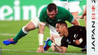 Scrum-half Aaron Smith scored two early tries for New Zealand