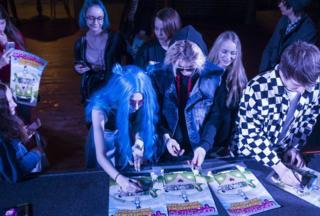 """Группа """"Френдзона"""" подписывает афиши для расстроенных из-за отмены концерта фанатов"""