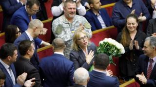 Людмилу Денисову поздравляют в парламенте с новой должностью, 15 марта
