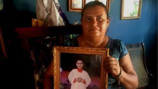 Ivania con una foto de su hijo, Sandor Dolmus.