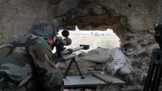 (أرشيف) جندي سوري خلال معارك جنوب دمشق