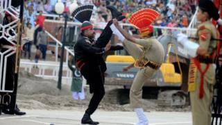 دو سرباز هندی و پاکستانی در مرز