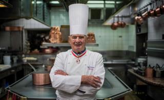 Bocuse en su cocina en L'Auberge en 2012.