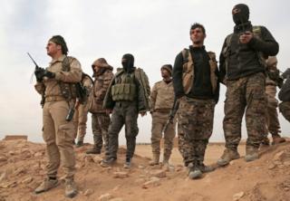 シリア北部ラッカでIS攻撃中に集まった「シリア民主軍」(SDF)の兵士たち(2月8日)