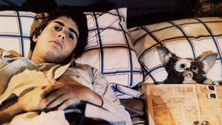 Zach Galligan with Gizmo in Gremlins (1984)