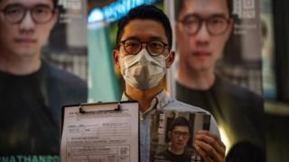 L'attivista per la democrazia Nathan Law si rivolge ai membri dei media durante una conferenza stampa il 19 giugno 2021 a Hong Kong, Cina