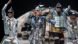 Sonraki yıl ise Ukraynalı drag queen Verka Serduchka, Finlandiya'daki finalde metalik kıyafetlerle ikinciliği aldı.