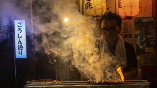 Pedagang makanan di warung kaki lima di Jepang