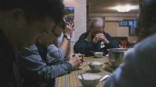 70年以来李荣昌和家人都会吃鱿鱼粥纪念,因为在1947年3月10日,他的父亲和叔叔就在他们即将吃晚餐的鱿鱼粥时被军方带走。