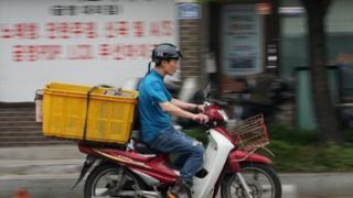 Hombre viaja en motocicleta en Corea del Sur.