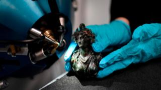 An antique bronze sculpture is analyzed using the latest version of the AGLAE